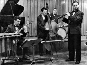 Jan Konopásek jako flétnista se Studiem 5 v kavárně Vltava, 1959. (Archiv Jana Konopáska)
